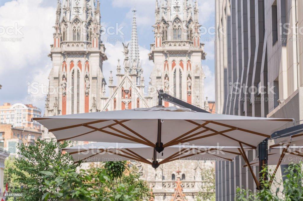 Edificio Moderno Con Gran Paraguas De Un Café En Una Terraza Con Fachada Medieval Antiguo De La Iglesia Católica Sobre Un Fondo Foto De Stock Y Más