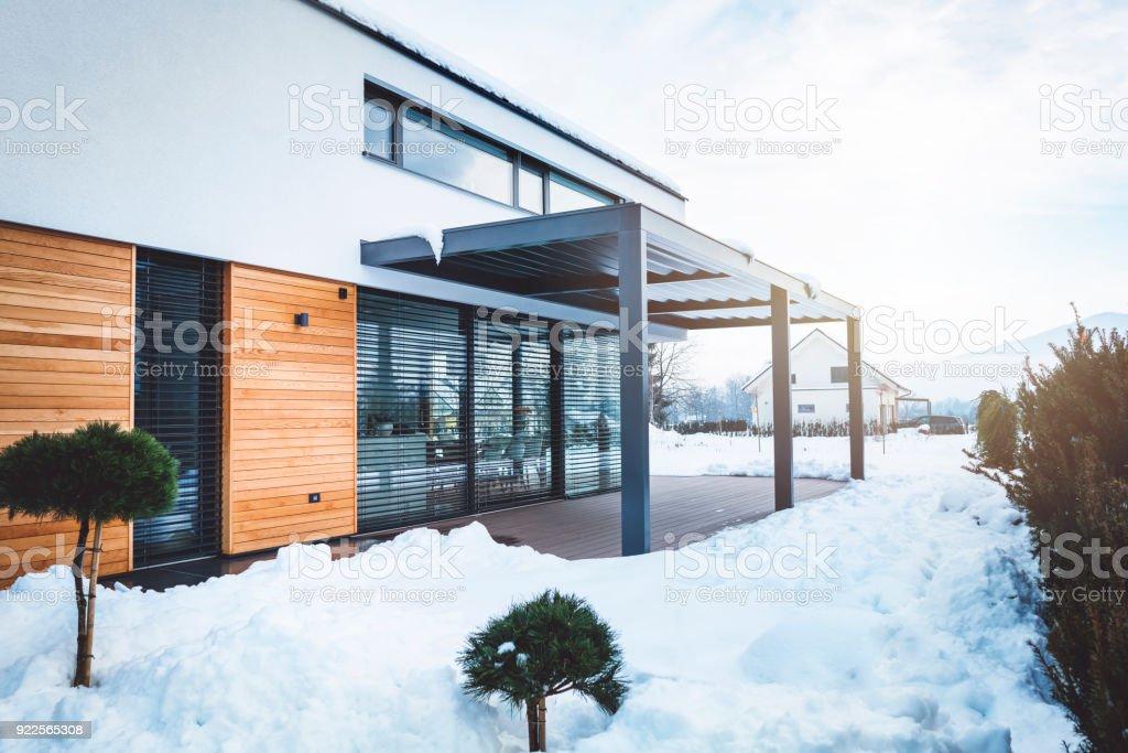 Modernes Gebäude mit harten Top Pergola über der Terrasse – Foto