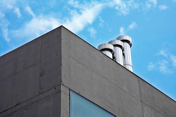 Modernes Gebäude mit Leiter chimmneys – Foto