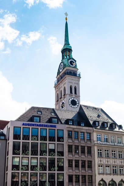 moderna byggnader och tornet av kyrkan i münchen - sankt peterskyrkan münchen bildbanksfoton och bilder