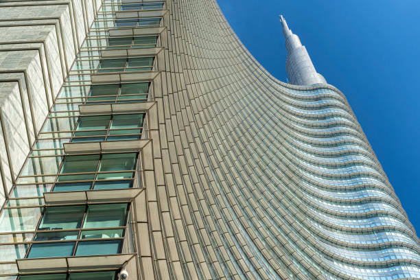 Edifícios modernos no quadrado de Gae Aulenti em Milão - foto de acervo