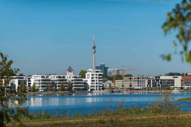 Edificios modernos en el lago de phoenix en Dortmund (Nordrhein Westfalen) - foto de stock