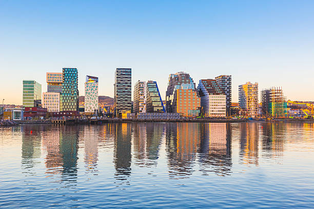 modern buildings in oslo with their reflection into the water - noorwegen stockfoto's en -beelden