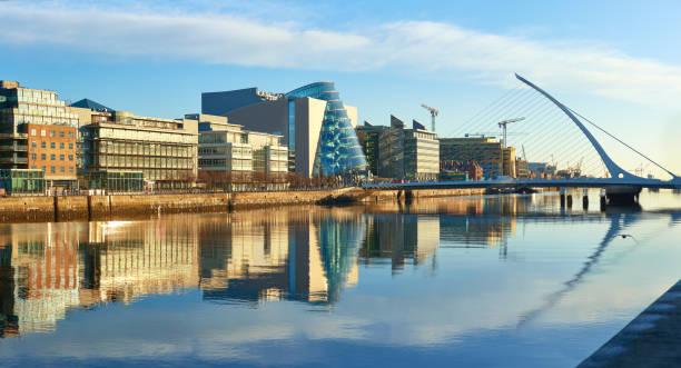 bâtiments modernes sur la rivière liffey à dublin et harpe bridge - irlande photos et images de collection