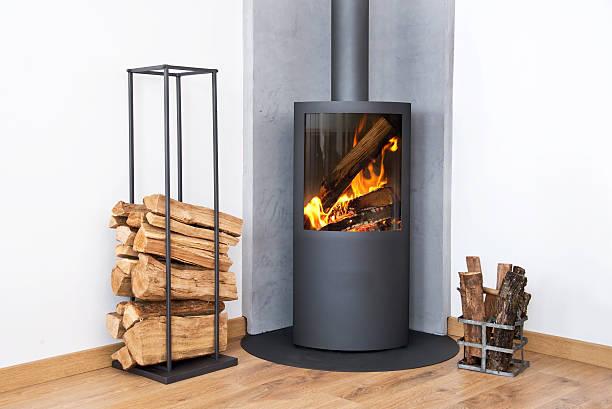 Moderne burning stove neben einem Holz Protokolle rack – Foto