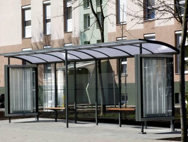 projeto de abrigo de ônibus modernos em bairro residencial - foto de acervo