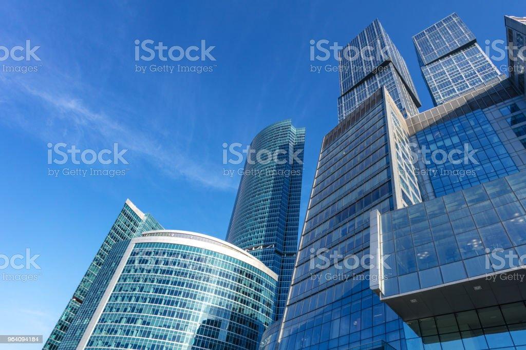 金融地区と澄んだ青い空で現代のビジネス建物 - BRICSのロイヤリティフリーストックフォト