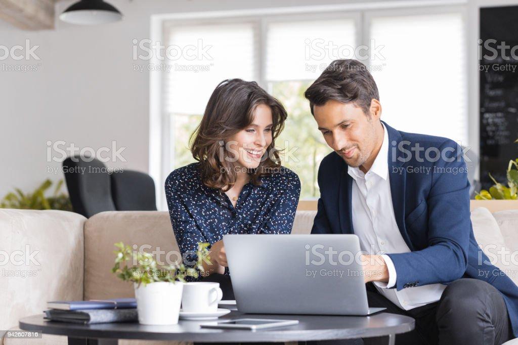 Moderne Geschäftsleute in einem café Lizenzfreies stock-foto