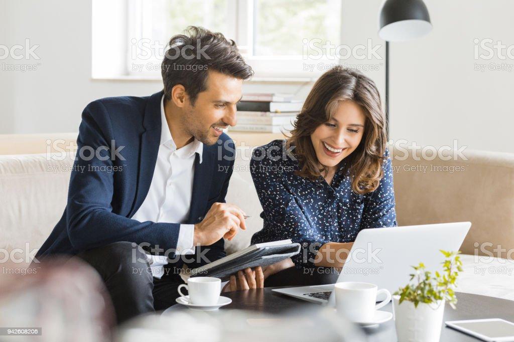 Moderne Geschäftsleute in einem café – Foto