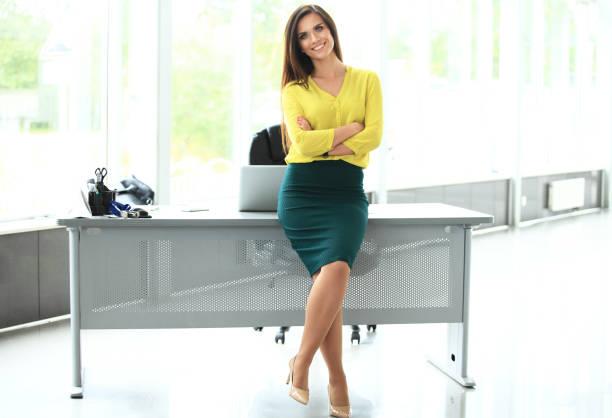 moderne business-frau im büro mit textfreiraum. - damen rock braun stock-fotos und bilder
