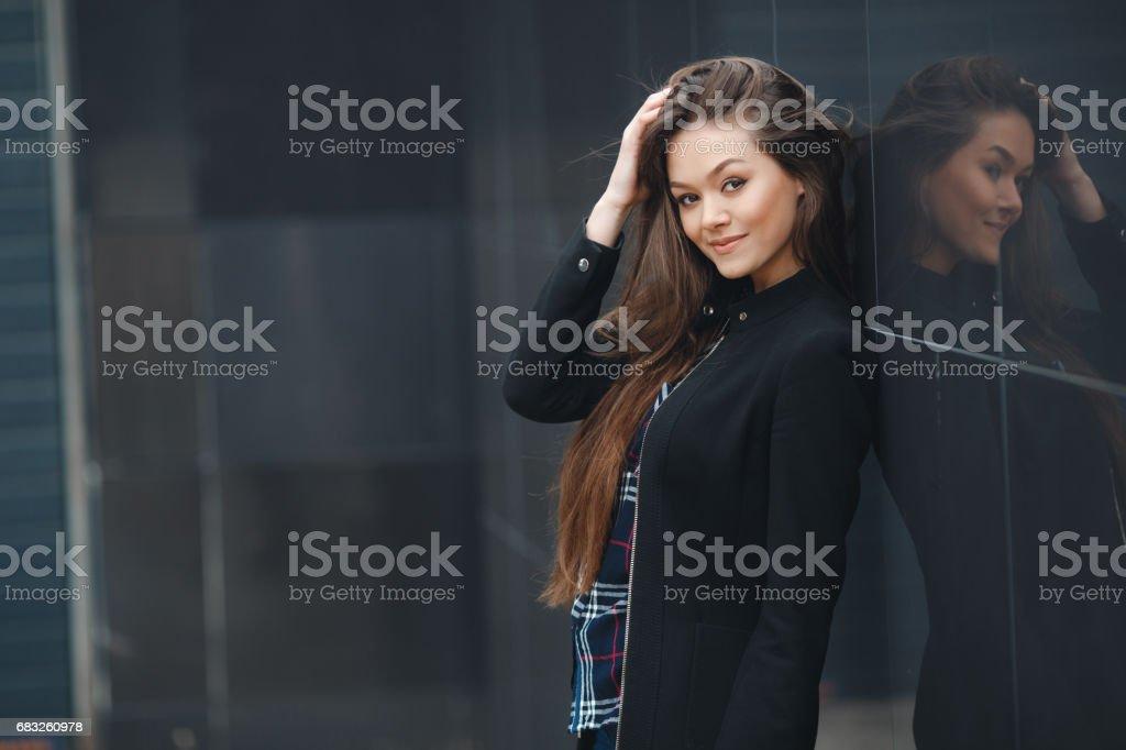 現代企業,在辦公處附近的女人思考商業計畫。 免版稅 stock photo