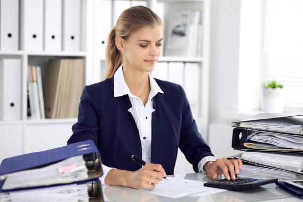 Moderne Business-Frau oder selbstbewusst weiblich Buchhalter im Büro. Studentin während der Prüfung vorbereiten. Audit, Tax Service oder Bildung Konzept – Foto