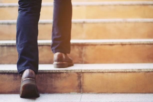現代商人近距離工作的腿走在樓梯上在現代城市。在交通高峰期到辦公室工作得很匆忙。在工作的第一天早上。樓梯。軟對焦。 - 四肢 身體部份 個照片及圖片檔