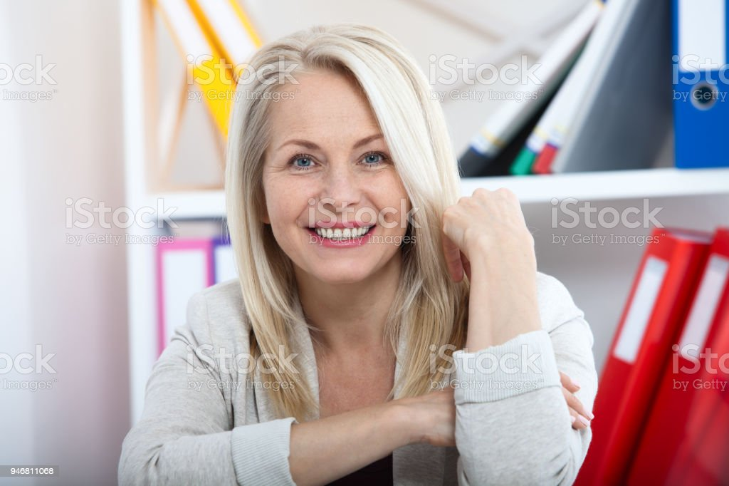 Moderne geschäftsfrau. Schöne mittlere gealterte Frau Blick in die Kamera – Foto
