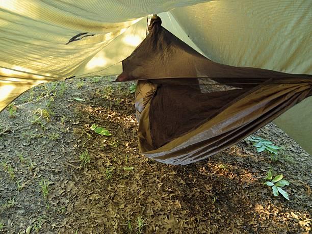 moderne camping hängematte unter plane - planenzelt stock-fotos und bilder