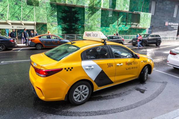 Modernes Auto von Yandex Taxi auf der Stadtstraße – Foto