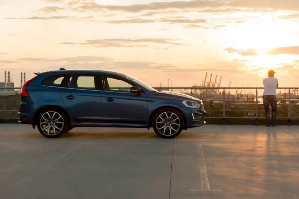 moderna bil volvo xc60 r-design edition på solnedgången - volvo bildbanksfoton och bilder