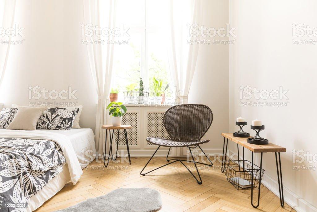 Moderner Stuhl Tisch Mit Kerzen Und Bett Mit Floralen Decke In Ein Einfaches Schlafzimmer Innenraum Stockfoto Und Mehr Bilder Von Behaglich Istock