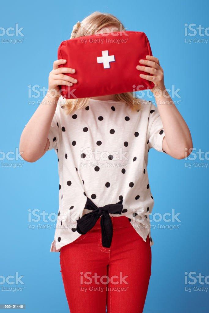 현대 아이 블루에 얼굴 앞에서 구급 상자를 들고 - 로열티 프리 건강관리와 의술 스톡 사진