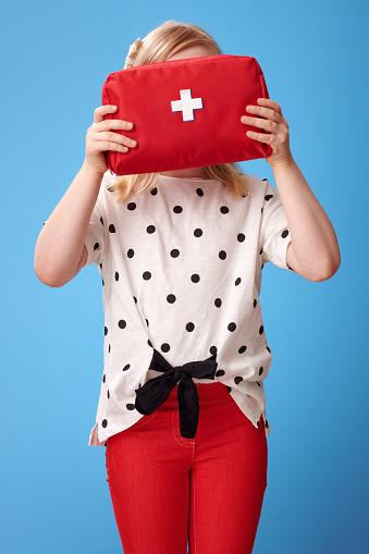 현대 아이 블루에 얼굴 앞에서 구급 상자를 들고 건강관리와 의술에 대한 스톡 사진 및 기타 이미지