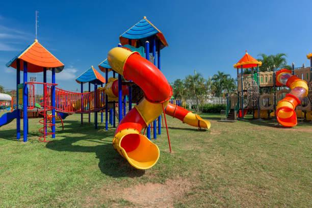 moderner kinderspielplatz im park - spielplatz design stock-fotos und bilder