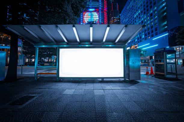 moderne stadt werbung leuchtkästen in hong kong - plakatieren stock-fotos und bilder
