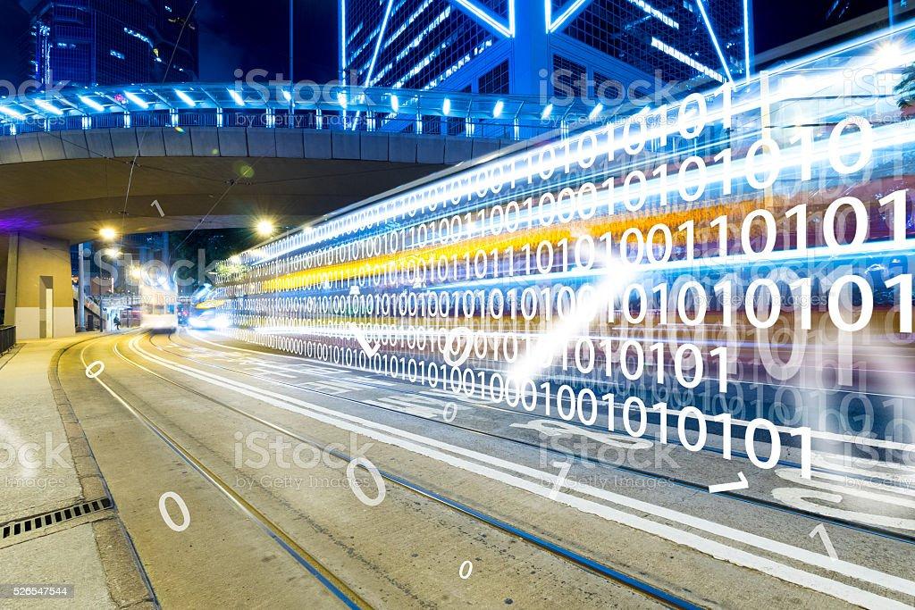 Moderne Stadt bei Nacht mit Technologie-Konzept Lizenzfreies stock-foto