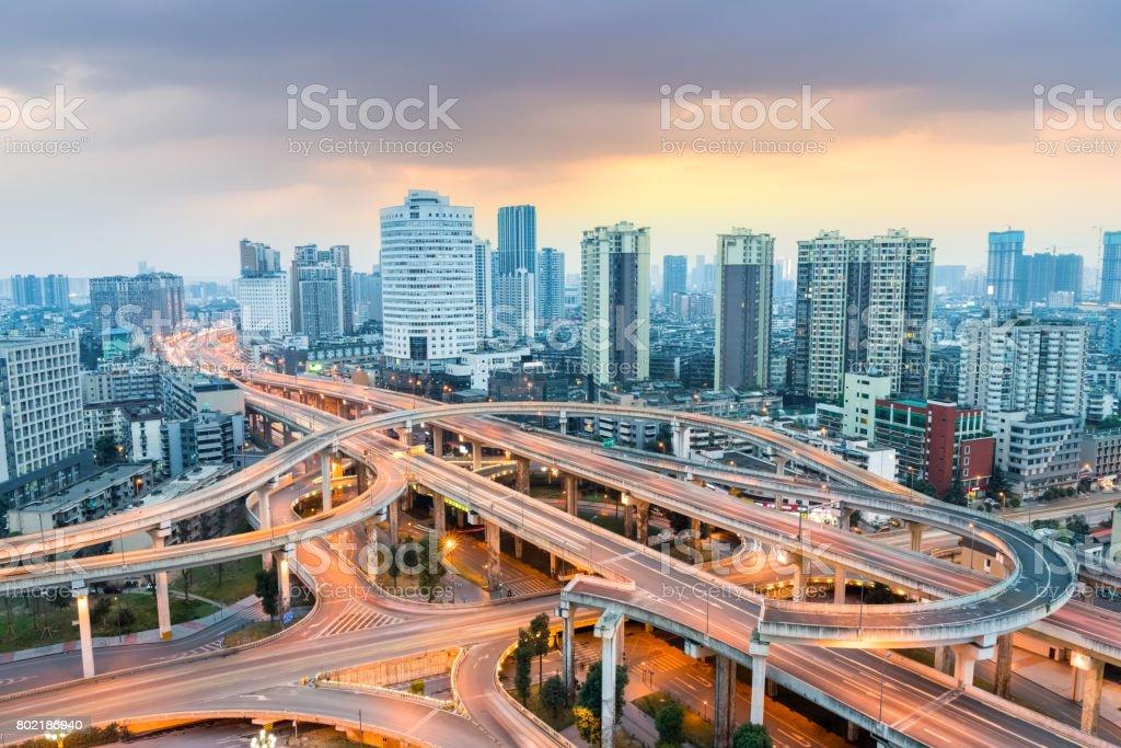 moderne Stadt Austausch in der Abenddämmerung – Foto