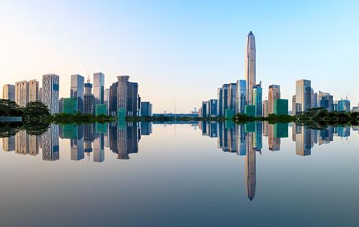Moderne Stadt Skyline Und Wasser Reflexion In Shenzhen Bei Sonnenaufgang Stockfoto und mehr Bilder von Architektur