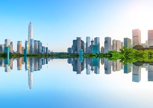 Moderne Stad Skyline En Water Reflectie In Shenzhen Bij Zonsopgang Stockfoto en meer beelden van Achtergrond - Thema