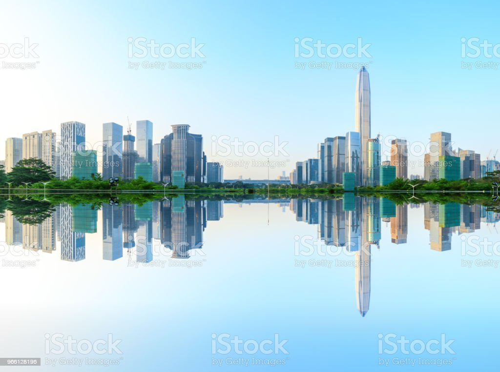 Moderne Stadt Skyline und Wasser Reflexion in Shenzhen bei Sonnenaufgang - Lizenzfrei Architektur Stock-Foto