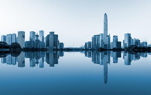 Moderne Stad Skyline En Water Reflectie In Shenzhen Stockfoto en meer beelden van Achtergrond - Thema