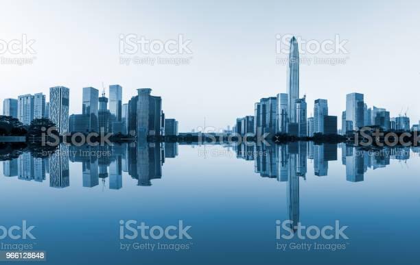 Современный Городской Горизонт И Отражение Воды В Шэньчжэне — стоковые фотографии и другие картинки Азия