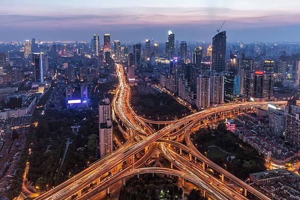 Moderne Stadt mit highway-Anschlussstelle – Foto