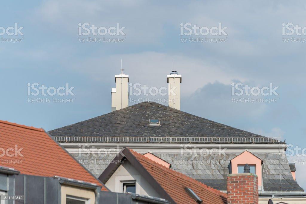Moderne Schindeln Haus Mit Kamin Und Blitzableiter Stock Fotografie