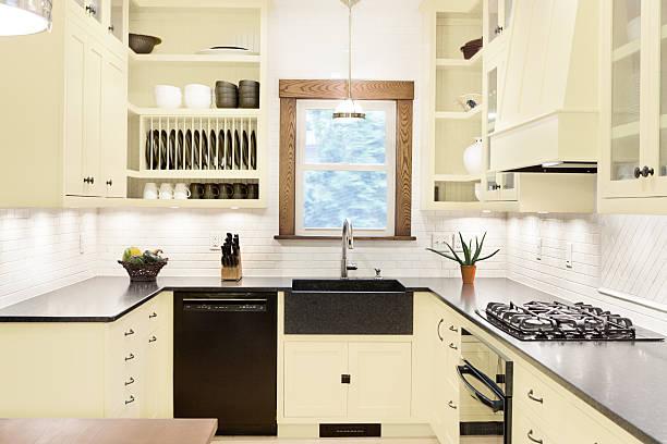 die moderne, klassische küche interieur mit granitoberflächen, gas - - küchenorganisation stock-fotos und bilder