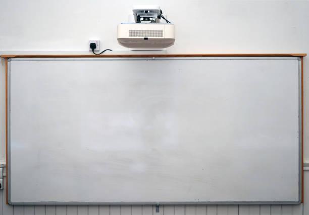 moderno aula blanca pizarra - pizarra blanca fotografías e imágenes de stock