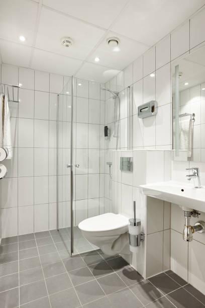 Moderne saubere Badezimmer Design Interieur in weißen Farbfliesen – Foto