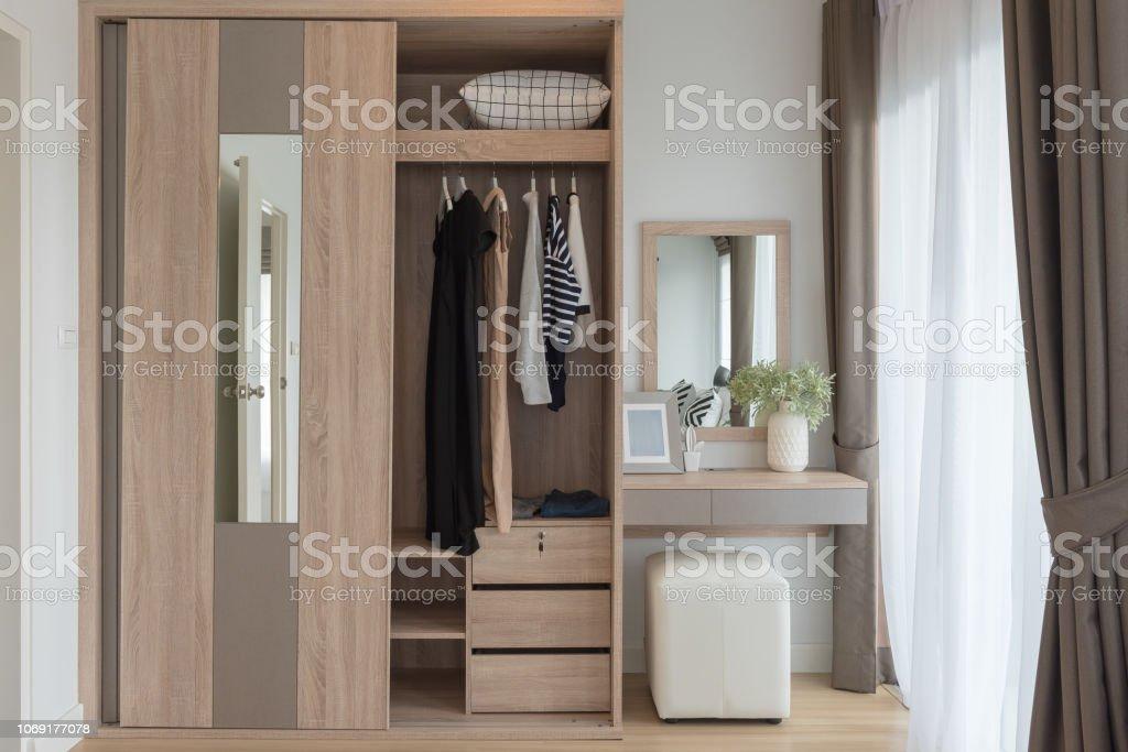 Moderner Schrank Mit Klamotten Auf Schiene Stockfoto und ...