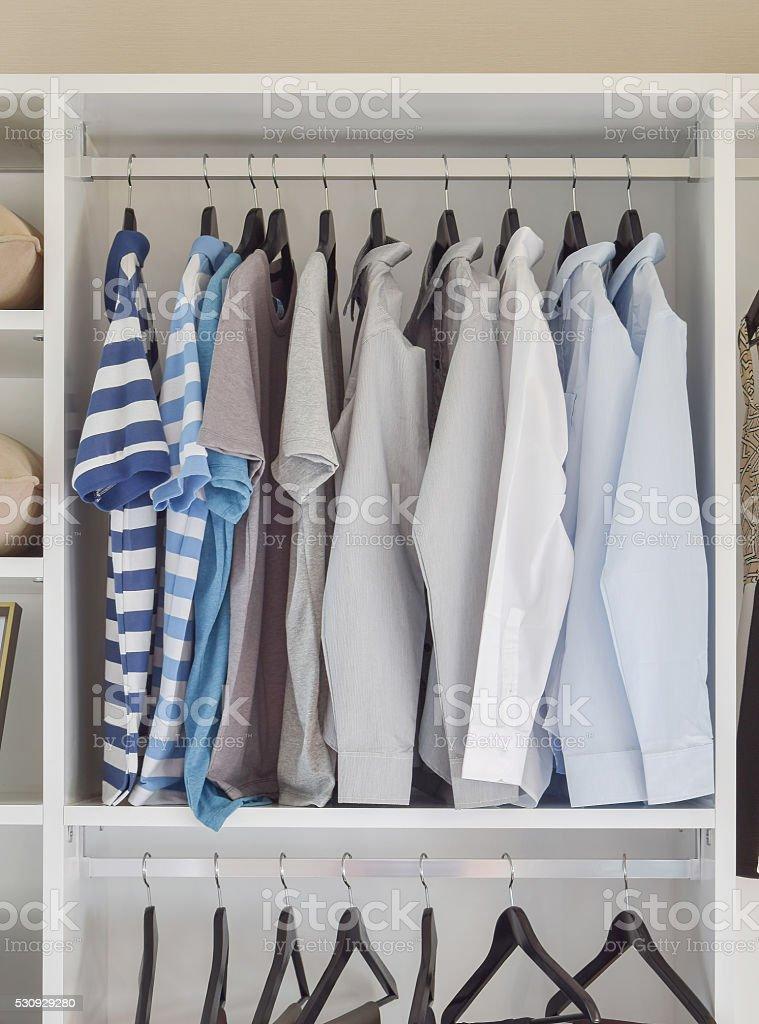 Modernen Schrank Mit Reihe Von Hemden Aufhängen In Weiß Schrank