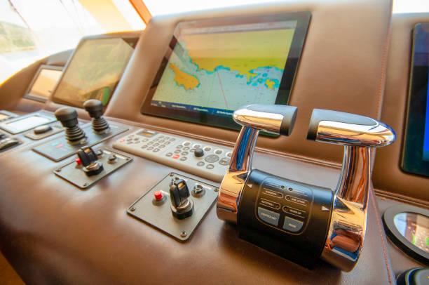 modernes cockpit eines motorbootes - steuerungstechnik stock-fotos und bilder