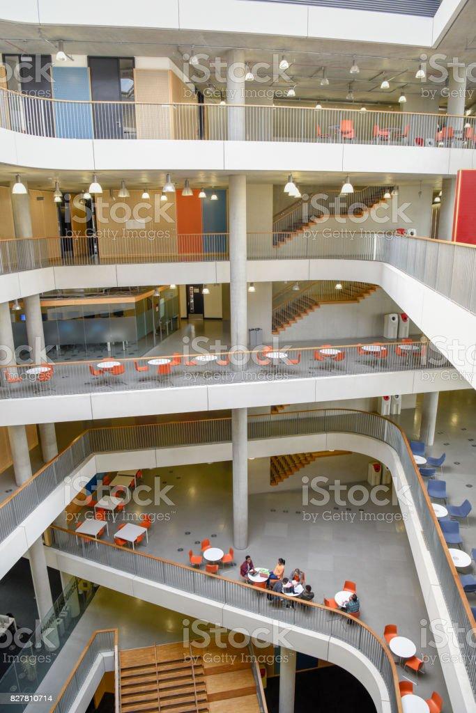 Moderne Hochschule Innen Mit Verschiedenen Mezzaninestufen ...