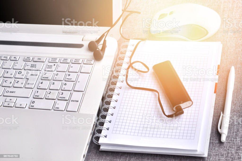 Lieu de travail de confort moderne différents objets sur le bureau