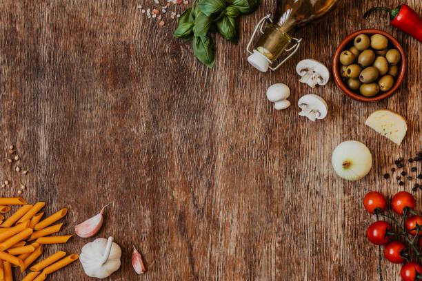 현대 전통 이탈리아 요리와 부엌에 빈티지 나무 테이블에 재료의 구성. 이탈리아 맛 고 봐입니다. 최고의 볼 수 있습니다. 공간에 복사 합니다. - 목재 재료 뉴스 사진 이미지