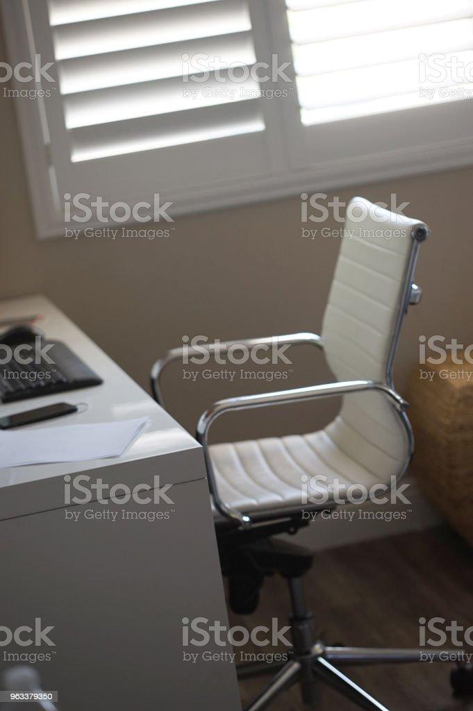 modern computer desk - Zbiór zdjęć royalty-free (Apodyktyczny)