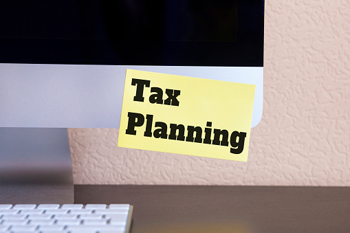 istock modern computer with reminder yellow sticker note with text: Tax planning! 943062206