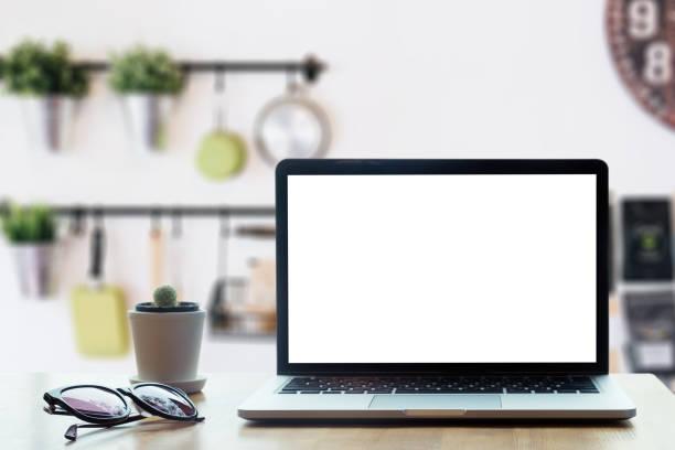 moderne computer, laptop mit leeren bildschirm auf tisch mit blur moderne küche hintergründe - küche deko blog stock-fotos und bilder