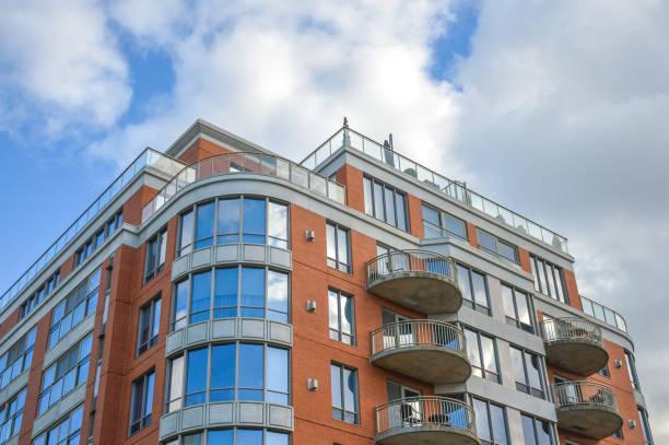 Moderne Eigentumswohnung Gebäude mit großen Fenstern – Foto
