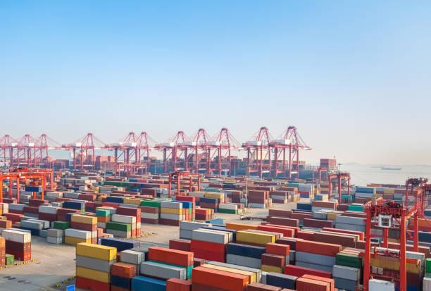moderne containerterminal in de schemering - haven stockfoto's en -beelden
