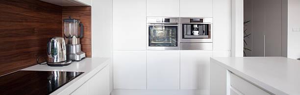 moderne küche raum - kochinsel stock-fotos und bilder
